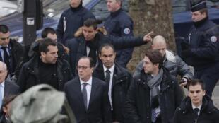 O presidente francês, François Hollande, chega ao local do atentado no 11° distrito de Paris.
