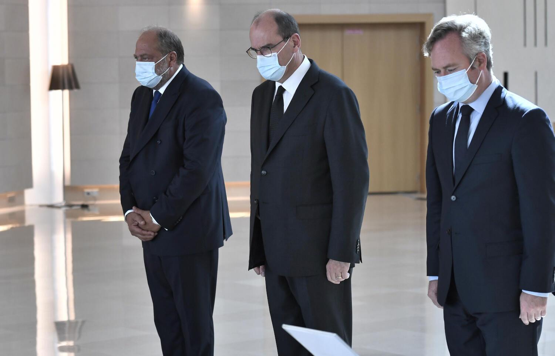 Le Premier ministre français Jean Castex avec le garde des Sceaux Éric Dupont-Moretti et le secrétaire d'État au Tourisme Jean-Baptiste Lemoyne lors d'un hommage aux six humanitaires tués à Kouré au Niger.