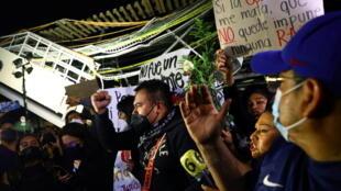Manifestation sur les lieux du drame pour dénoncer la négligence des autorités dans l'accident du métro à Mexico. Le 7 mai 2021.