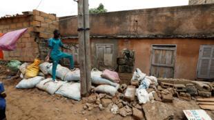 Les barrages de fortune n'ont pas empêché l'eau de faire des dégâts, comme ici à Cayor le 6 septembre, dans la banlieue de Dakar.