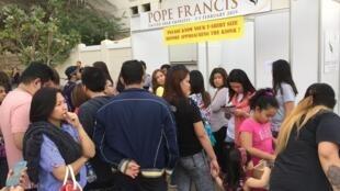 Fideles esperan para conseguir entradas para la Misa del Papa Francisco en Abu Dabi.