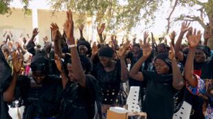 Des parents de lycéennes enlevées à Chibok prient pour leur libération, lors d'une cérémonie commémorant le quatrième anniversaire de leur rapt, à Chibok, le 14 avril 2018.