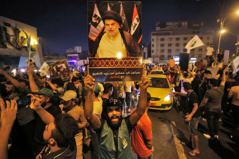 Simpatizantes del líder religioso chiita Moqtada al-Sadr celebran la victoria de su movimiento el 11 de octubre de 2021 en Bagdad, tras el anuncio de los resultados preliminares