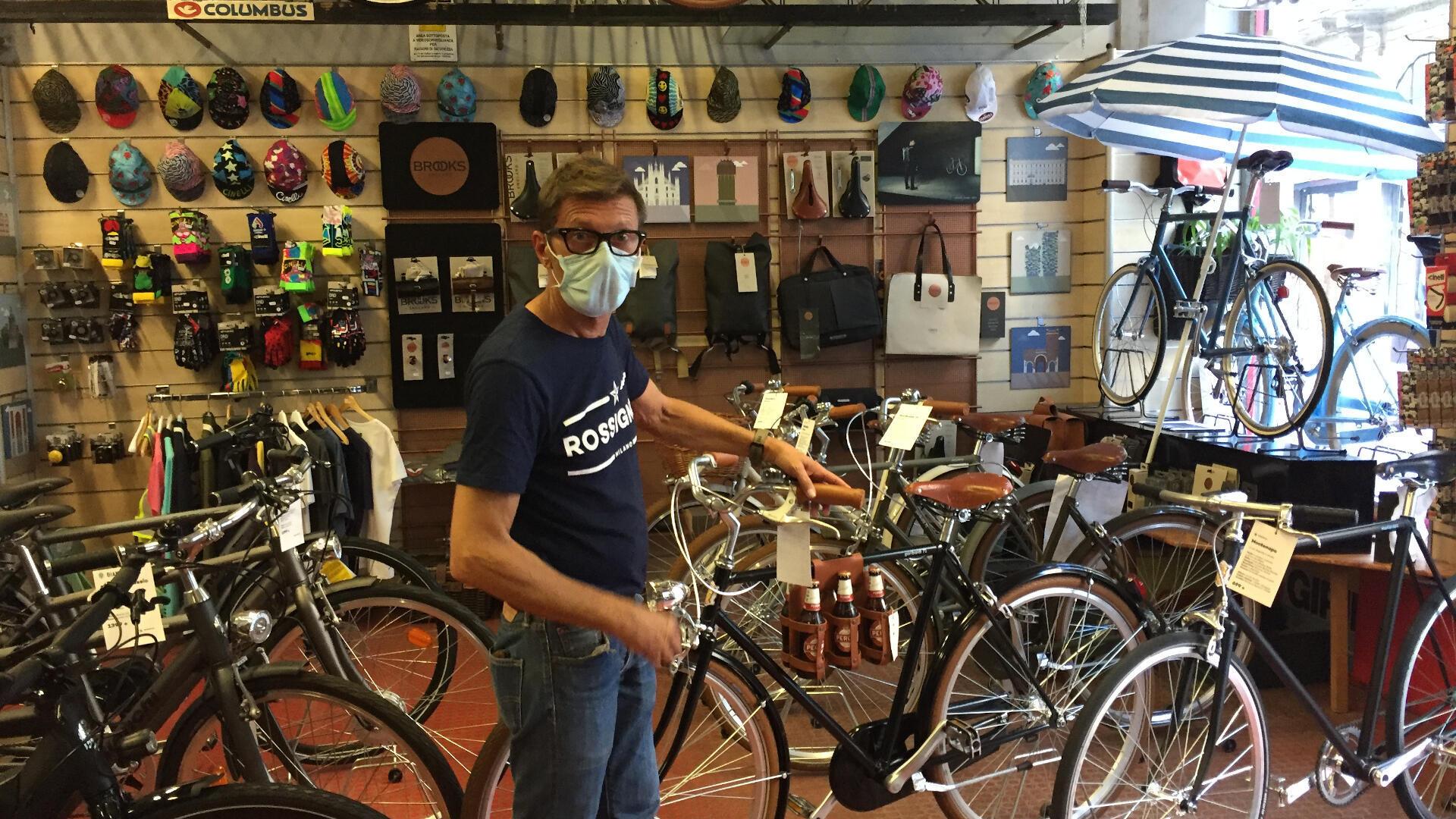 "Renato, le patron du magasin de cycles ""Rossignoli"", au cœur de Milan."