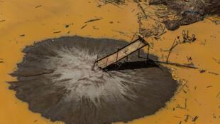 Mine illégale abandonnée dans la zone amazonienne « tampon » de la Réserve Nationale du Tambopata, à Puerto Maldonado au Pérou.