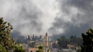 La fumée monte au-dessus de la ville syrienne de Tel Abyad, vue de la ville frontalière turque d'Akcakale, le 10 octobre 2019.