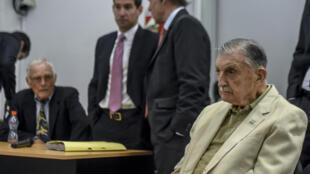 Hector Sibilla (à droite) et Pedro Muller (à gauche), deux ex-dirigeants de Ford en Argentine, sont jugés pour avoir contribué à la torture d'ouvriers, durant la dictature militaire.