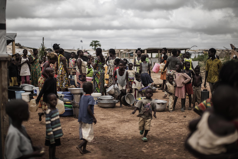 Des déplacés attendant pour la distribution de l'eau dans le camp de Mpoko, près de Bangui, le 26 novembre 2015,