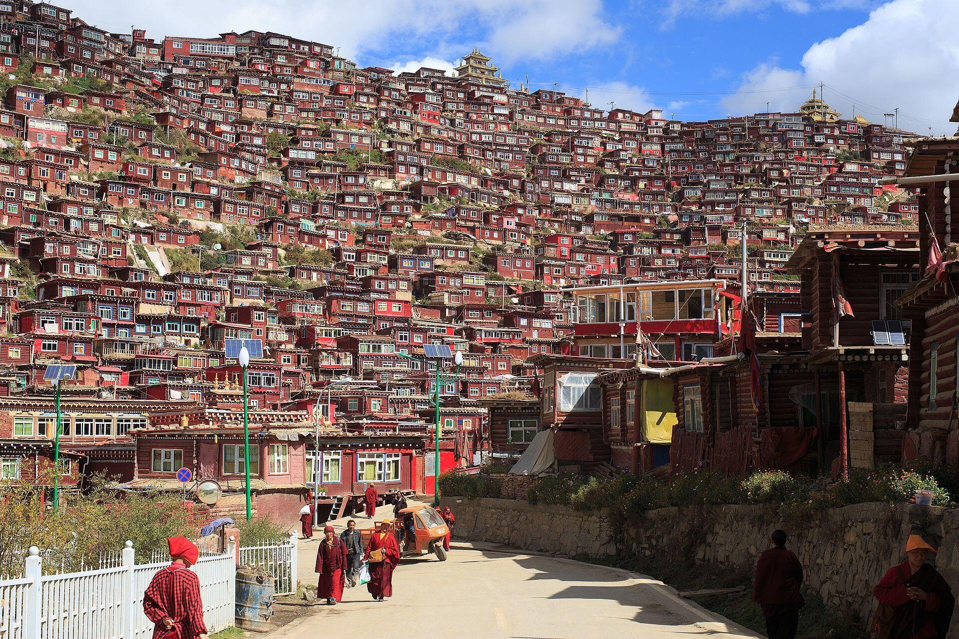 Larung Gar tức Lạc Nhược Hương, khu vực tu viện nổi tiếng của Tây Tạng đang bị chính quyền Bắc Kinh âm thầm giải tỏa.
