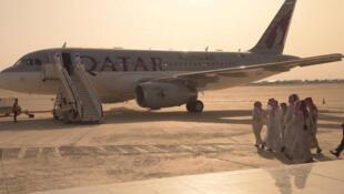 Les ex-otages qatariens à l'aéroport de Bagdad, le 21 avril 2017.