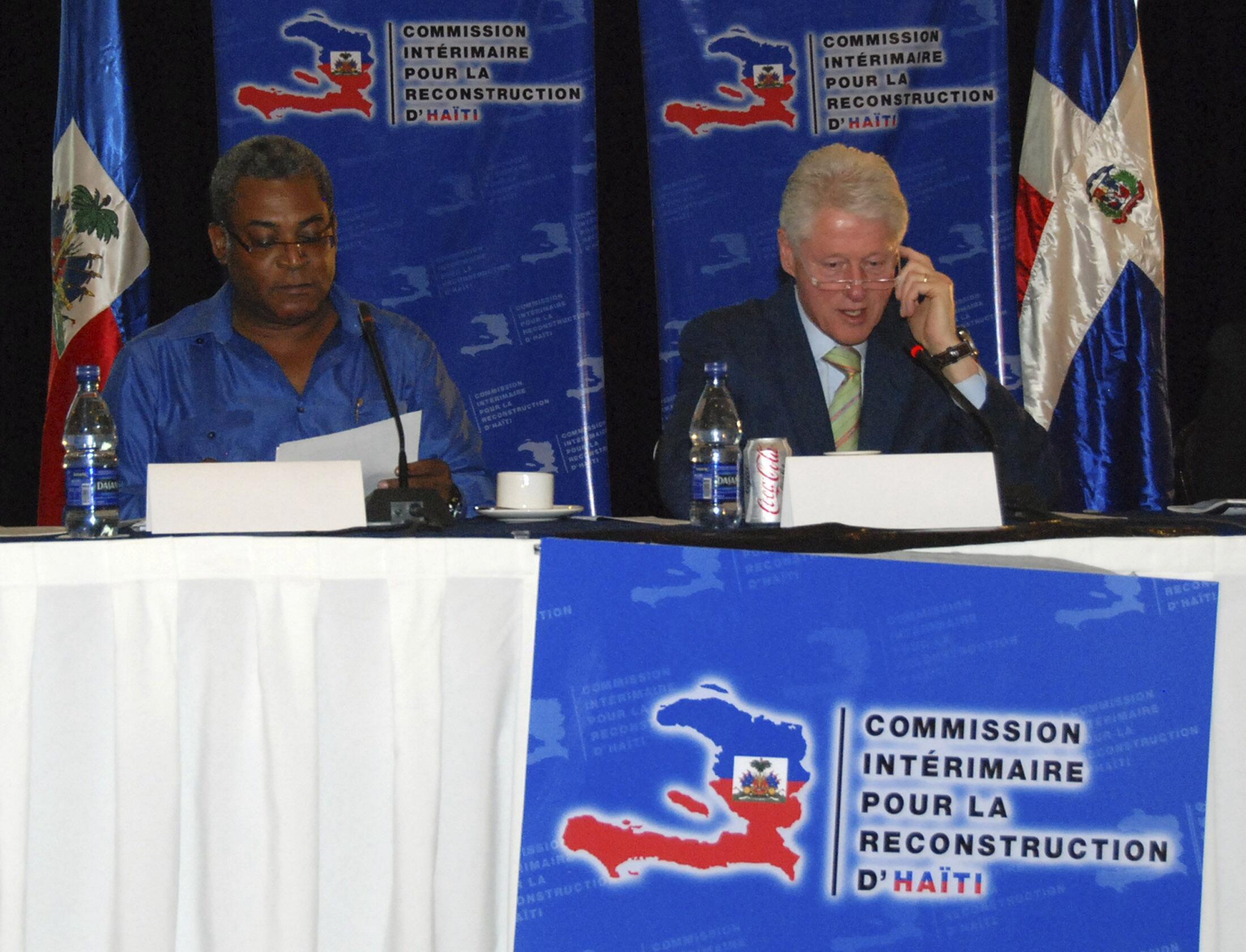 O primeiro-ministro haitiano, Jean-Max Bellerive et le ex-president Bill Clinton durante encontro em Punta Cana no Haiti.