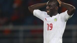 L'attaquant sénégalais Demba Ba, avec le maillot des Lions de la téranga.