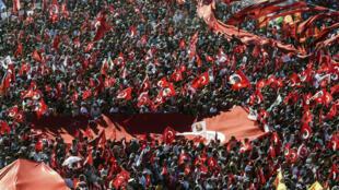 Turcos vão às ruas em defesa da democracia