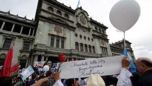 Manifestantes piden la renuncia del presidente Otto Pérez en la capital de Guatemala, el 13 de junio de 2015.
