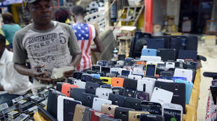 Um vendedor de telefone nas ruas de Lagos, na Nigéria.