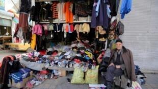 Un vendeur iranien assis devant sa boutique à Jeyhoon, un quartier sud de Téhéran, le 21 février 2016.