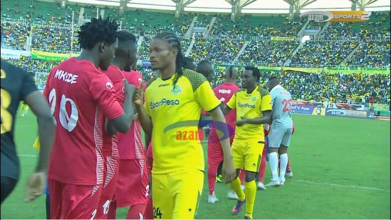 Wachezaji wa Simba na Yanga wakisalimiana kabla ya kuanza kwa mechi ya ligi kuu Jumapili, Septemba 30 2018