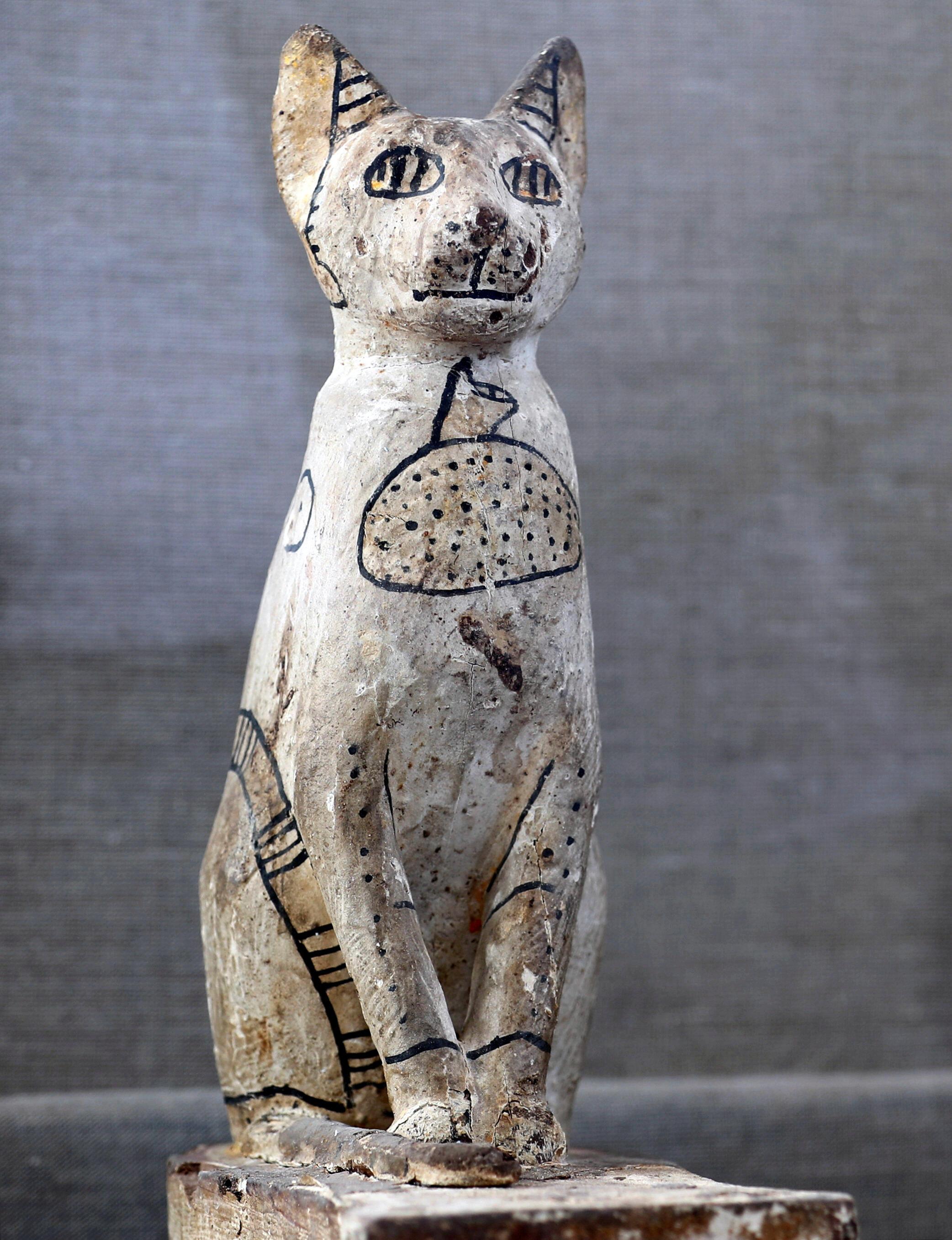 Estátuas de gatos também foram encontradas na tumba