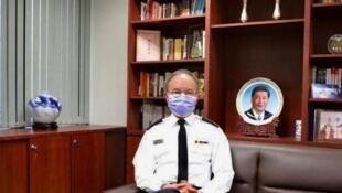 香港网络广传曾国卫不久前接受传媒访问时的照片,照片中他的办公室当眼处置放了习近平的瓷照。