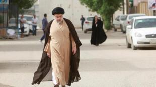 Le chef politico-religieux Moqtada al-Sadr se rend à son bureau de vote de la ville de Nadjaf, en Irak, le 12 mai 2018.