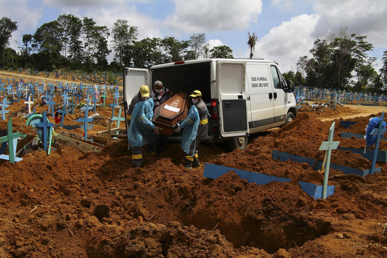 法廣存檔圖片 - Image d'archive RFI : Au Brésil, au cimetière Nossa Senhora Aparecida à Manaus, dans l'État d'Amazonas.