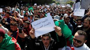 Milhares de argelinos saem às ruas há mais de uma semana para protestar contra a candidatura do presidente Abdelaziz Buteflika a um quinto mandato.