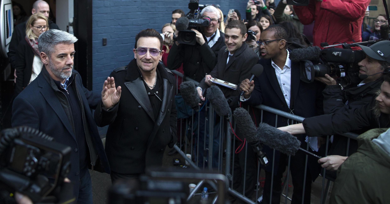 Le chanteur Bono quitte le studio londonien d'enregistrement du titre de Band Aid contre le virus Ebola.