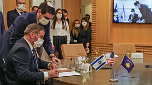 Israeli Foreign Minister Gabi Ashkenazi (L) signed a joint declaration establishing diplomatic ties with Kosovo during a ceremony held over Zoom with his counterpart from Kosovo, Meliza Haradinaj-Stublla, at Israel's foreign ministry in Jerusalem