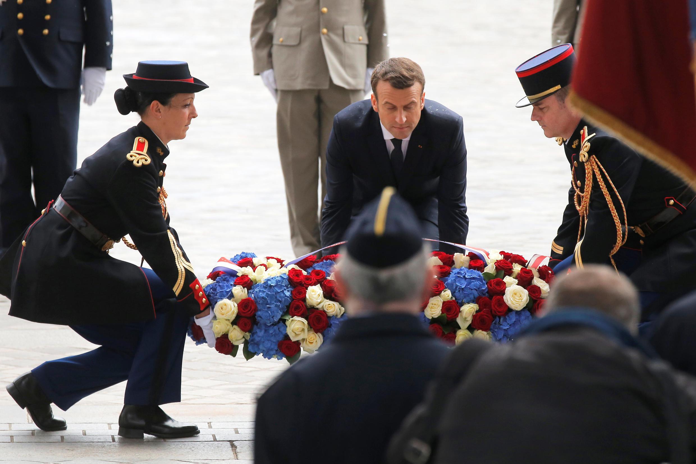 امانوئل ماکرون هنگام نثار تاج گل بر مرقد سرباز گمنام در زیر «طاق پیروزی».