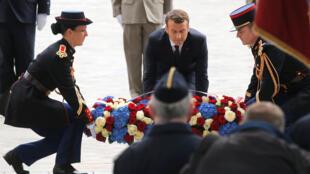 Cérémonie à l'Arc de Triomphe.