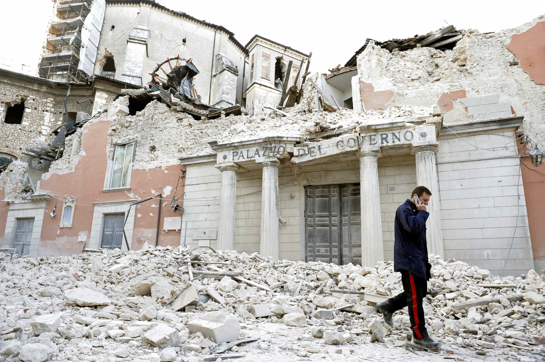 Thành phố Aquila, miền trung Ý , hầu như bị đổ nát sau vụ động đất hôm  6/4/ 2009.