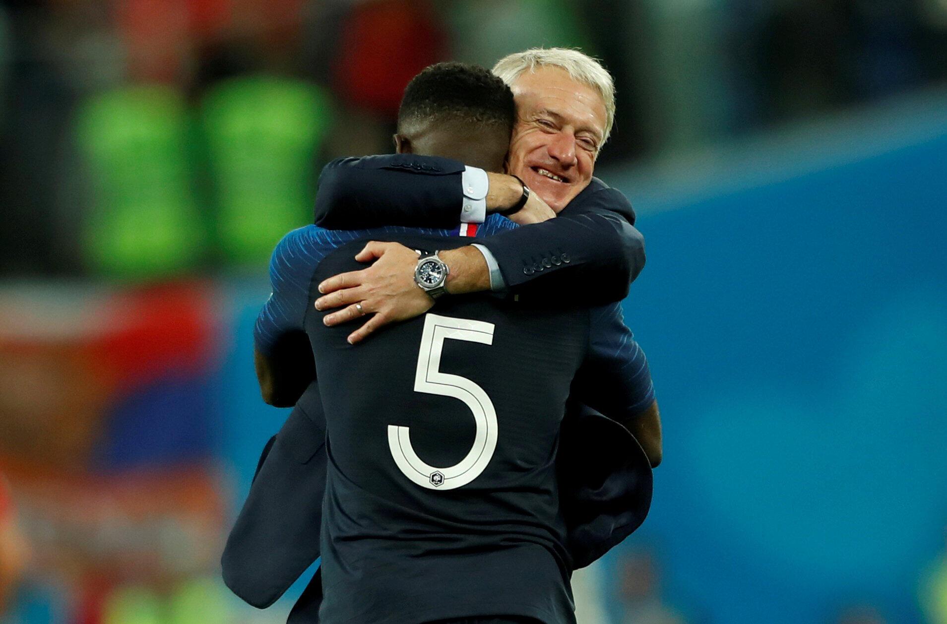 Huấn luyện viên tuyển Pháp Didier Deschamps ôm hậu vệ Samuel Umtiti, người ghi bàn thắng duy nhất vào lưới đội tuyển Bỉ trận bán kết trên sân Saint Petersburg ngày 10/07/2018