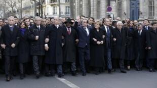 Dezenas de líderes mundiais abriram macha nas ruas de Paris neste domingo (11).