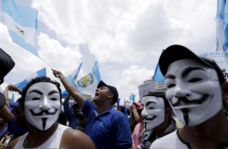 Manifestantes exigen la renuncia de Otto Pérez Molina en Ciudad de Guatemala, este 27 de agosto de 2015.
