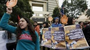 Manifestantes en favor del aborto, este 4 de agosto de 2015, ante el Congreso chileno, en la ciudad de Valparaíso.