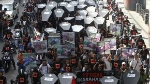 Cuộc tuần hành tại Manila vào năm 2012 tưởng niệm 57 nạn nhân trong vụ thảm sát tại Maguindanao, miền Nam Philippines ngày 23/11/2009. Vụ đó được xem là biểu tượng của tệ nạn bạo động chính trị.
