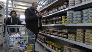 C'est avec l'aide du PAM, que deux supermarchés ont pu ouvrir dans le camp de Zaatari et les réfugiés syriens peuvent régler leurs courses avec les coupons de nourriture. Photo: Zaatari en Jordanie, le 6 février 2014.