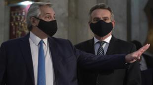 El presidente de Argentina, Alberto Fernández (I) y el ministro de Defensa Agustín Rossi se retiran de una reunión con las Fuerzas Armadas en el Ministerio de Defensa, el 22 de julio de 2020 en Buenos Aires