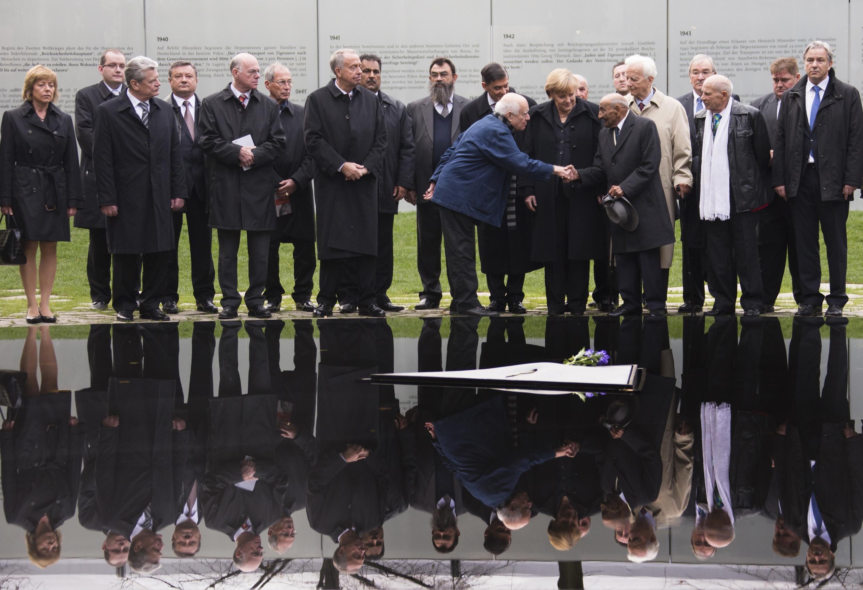 """Bà Angela Merkel dự lễ khánh thành """" Đài tưởng niệm những người Rom là nạn nhân của  Đức Quốc xã""""  tại Berlin 24/10/12."""