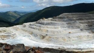 La carrière de talc de Trimouns, en Ariège, le plus grand site à ciel ouvert de la planète assure près de 7% de la production mondiale.
