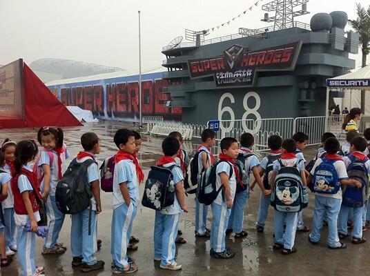 Le parc d'attraction « supers héros » célèbre les valeurs patriotiques.