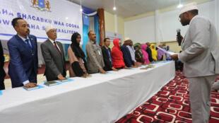 Les membres du Parlement somalien prêtent serment sur le Coran lors de leur prise de fonction, le 27 décembre 2016.