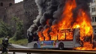 Plusieurs bus municipaux, mal entretenus, ont pris feu ces derniers mois à Rome.