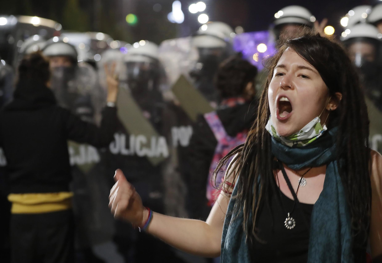 Một người biểu tình đòi quyền được phá thai trong một cuộc biểu tình phản đối tòa Bảo Hiến siết chặt luật chống phá thai tại thủ đô Vacxava, Ba Lan ngày 22/10/2020.