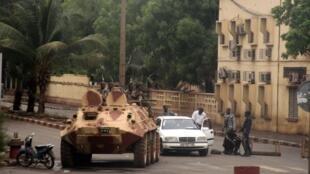 A quelques mètres du siège de l'ORTM (Radio Télévision malienne), des forces de sécurité du capitaine Sanogo contrôlent la circulation, ce 1er mai 2012, à Bamako.