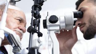 La dégénérescence maculaire liée à l'âge (DMLA) est une maladie de la rétine.