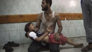 Criança palestina, vítima do ataque israelense contra uma escola da ONU em Gaza, espera por atendimento no hospital.