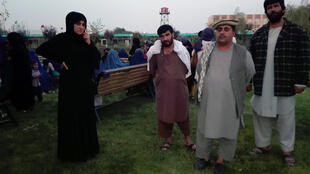 Fatema Azizi (à gauche), députée de Kunduz avec des réfugiés.
