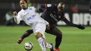 Zoumana Camara et le PSG stoppent Roy Contout et Auxerre dans leur élan.