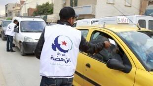 Cabos eleitorais do partido islamita moderado Ennahda distribuem propaganda dos candidatos à Constituinte em Túnis, capital ad Tunísia.
